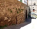 Viterbo, ponte del duomo, con otto filari di massi etruschi.jpg