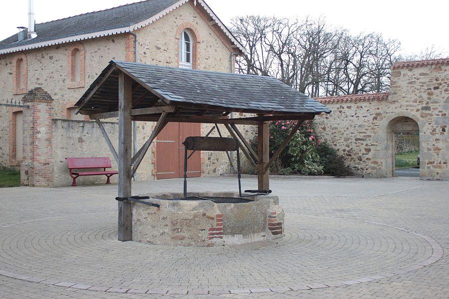 Puits de la mairie, lieu-dit le  Landreau, Fr-49-Saint-Léger-sous-Cholet.