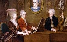 Leopold Mozart mit seinen Kindern Wolfgang Amadeus Mozart und Maria Anna, an der Wand ein Porträt der verstorbenen Ehefrau Anna Maria. Gemälde von Johann Nepomuk della Croce, um 1780 (Quelle: Wikimedia)