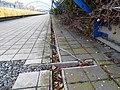 Černý Most, chodník na estakádě metra, kanálky.jpg