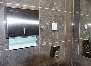 Łazienka, dozownik mydła, dozownik ręczników.JPG