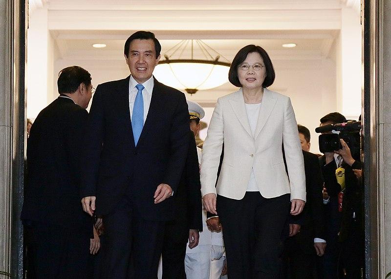 File:總統蔡英文與前總統馬英九步出總統府 (26851536660).jpg