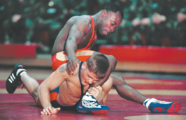 Andrell Durden (top) en Edward Harris tijdens de All-Marine Wrestle Offs 2001.
