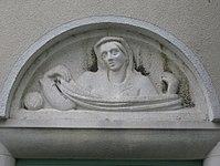 1100 Laxenburger Straße 203-217 Stg. 25 - Natursteinrelief Stickerin von Margarete Bistron-Lausch IMG 7436.jpg