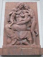 1100 Troststraße 32 Leibnizgasse 65 - Keramikrelief Mutter mit Kindern von Edmund Moiret 1936 IMG 6378.jpg