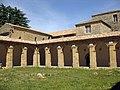113 Abadia de Santa Maria, claustre, angle nord-est.jpg