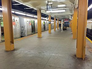 145th Street (IND Eighth Avenue Line) - Upper level platform