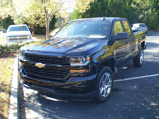 https://upload.wikimedia.org/wikipedia/commons/thumb/4/40/2018_silverado_1500_2wd_double_cab_standard_box_custom_%28observe%29.jpg/640px-2018_silverado_1500_2wd_double_cab_standard_box_custom_%28observe%29.jpg