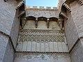 352 Torres dels Serrans (València), cara nord, decoració de traceria damunt el portal.jpg