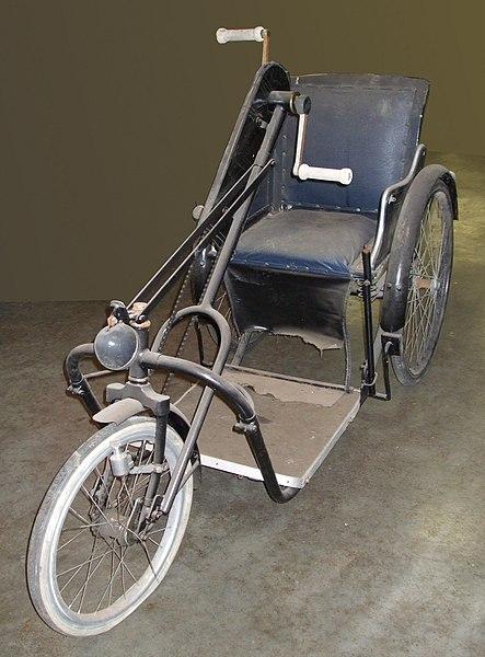 file alter rollstuhl mit handkurbeln wikimedia commons. Black Bedroom Furniture Sets. Home Design Ideas
