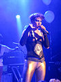 Amanda Palmer, equipped with German beer, during an announcement. Gloria, Cologne, 2013-11-01.jpg