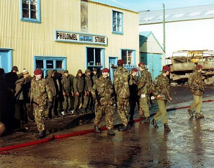 2 PARA guarding Argentine prisoners of war at Port Stanley in 1982. Argentine POWs guarded by 2 Para.jpg
