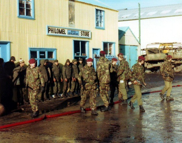 Argentine POWs guarded by 2 Para