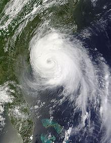 Un'immagine satellitare visibile di un uragano ben formato, con più bande a spirale e un occhio, che si avvicina all'approdo nella Carolina del Nord il 3 luglio.