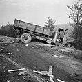 Auto-ongeluk op rijksweg onder Gouda Een zwaar beschadigde vrachtauto in de mid, Bestanddeelnr 915-6607.jpg