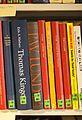 Bøger på reol ikke ordnet alfabetisk.jpg