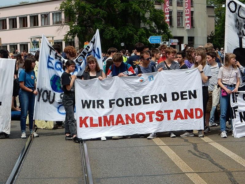 File:Bern Klimastreikdemo Helvetiaplatz Klimanotstand.JPG
