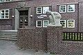 Berufliche Schule Uferstraße 10 (Hamburg-Barmbek-Süd).Kauernde (Wield).2.22584.ajb.jpg