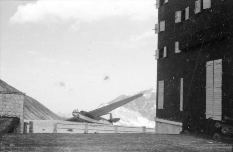 Bundesarchiv Bild 101I-567-1503B-05, Gran Sasso, Lastensegler neben Hotel