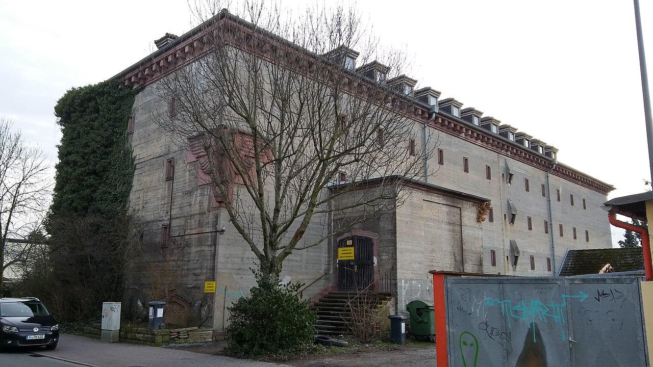 Bild: https://upload.wikimedia.org/wikipedia/commons/thumb/4/40/Bunker_Eberstadtstra%C3%9Fe_35_Frankfurt_Praunheim_-_3.jpg/1280px-Bunker_Eberstadtstra%C3%9Fe_35_Frankfurt_Praunheim_-_3.jpg
