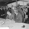 Burgemeester Thomassen zette handtekening onder aanmeldingsformulier voor Rotter, Bestanddeelnr 919-4866.jpg