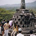 COLLECTIE TROPENMUSEUM Bezoekers bij de stupa's op de Borobudur TMnr 20027039.jpg