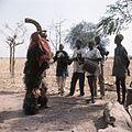 COLLECTIE TROPENMUSEUM Een Nunuma of Winiama maskerdanser en de muzikanten die hem begeleiden TMnr 20031576.jpg