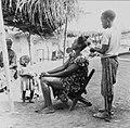 COLLECTIE TROPENMUSEUM Het haar van een Yoruba vrouw wordt door een meisje gekapt TMnr 20016866.jpg
