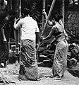 COLLECTIE TROPENMUSEUM Het stampen van rijst TMnr 20000284.jpg