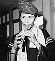 COLLECTIE TROPENMUSEUM Portret van een fluit spelende student van de Akademi Seni Karawitan Indonesia TMnr 20000358.jpg