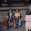 COLLECTIE TROPENMUSEUM Toba Batak danseressen tijdens een si gale gale dans TMnr 20025952.jpg