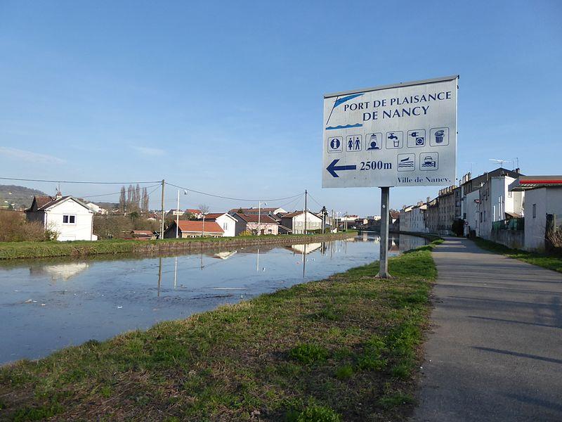 Le canal de la Marne au Rhin à son arrivée nord à Nancy. Panneau indiquant le port de plaisance de Nancy.