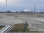 INEOS-Chemiewerk, im Vordergrund das für die DFTG-Flüssiggasanlage vorgesehene Gelände, auf dem u.a. zwei Gastanks von je 160.000 m³ Fassungsvermögen entstehen sollen (s.u. Häfen)