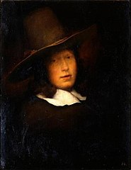 Junger Mann mit grauem Hut