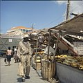 Collectie Nationaal Museum van Wereldculturen TM-20029771 Verkoop van fruit op de markt van Venezolaanse schepen aan de De Ruyterkade Curacao Boy Lawson (Fotograaf).jpg