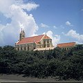 Collectie Nationaal Museum van Wereldculturen TM-20029879 De Rooms-katholieke St.Willibrordus kerk aan de St.Martha baai Curacao Boy Lawson (Fotograaf).jpg
