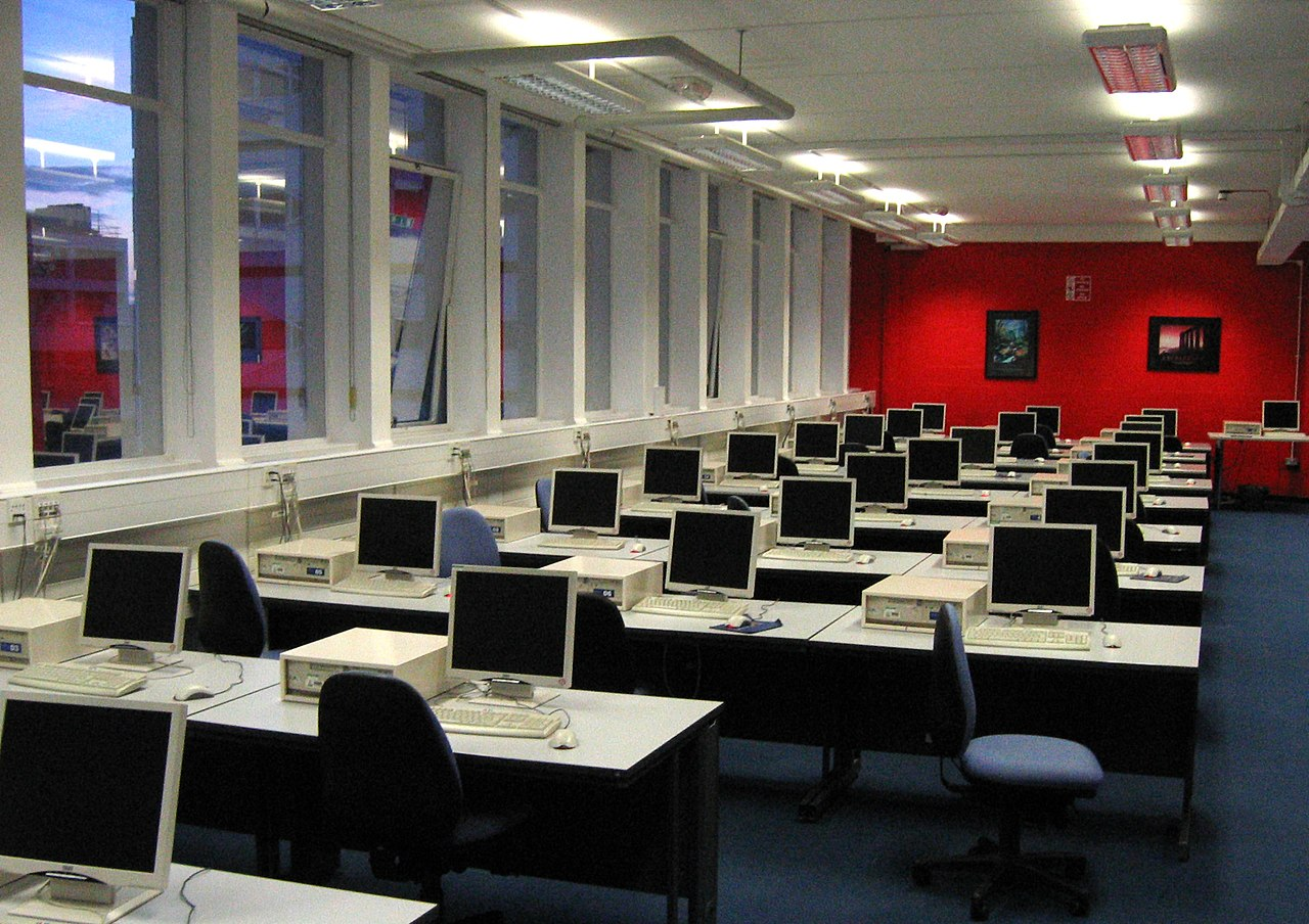File:Computer lab showing desktop PCs warwick.jpg - Wikimedia Commons