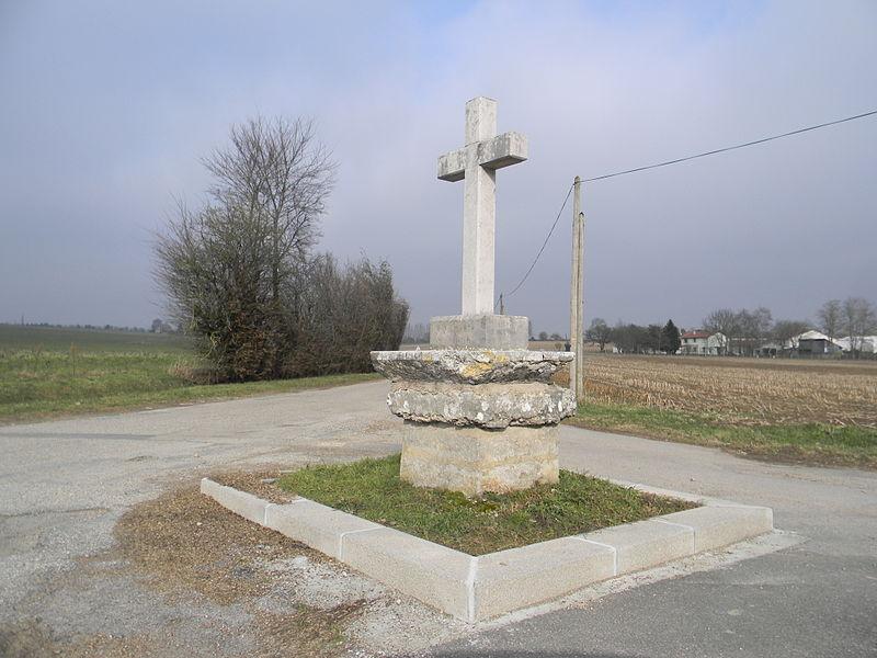 Une croix en pierre à l'intersection du chemin de Gaillebeau et du chemin du Beau-Logis à Mionnay.