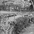 De koninklijke stoet op weg naar het Monument voor de gevallenen, Bestanddeelnr 252-4250.jpg