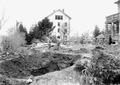 Der grosse Trichter der Fliegerbombe im Garten - CH-BAR - 3240418.tif