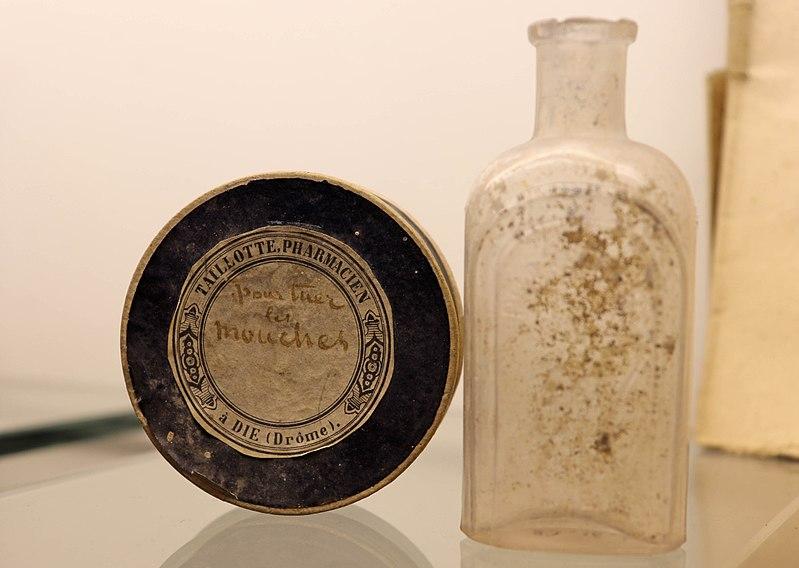File:Die - Boite de poudre insecticide de la marque Taillote et bouteille.jpg
