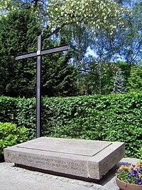 Dorotheenst Friedhof Bonhoeffer.jpg