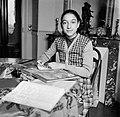 Een meisje maakt aan tafel haar huiswerk, Bestanddeelnr 252-9332.jpg