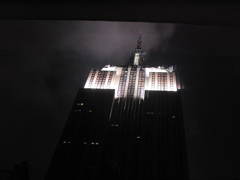 Fichier:Empire State Building at Night New York City November 2003.jpg