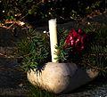 Erinnerungskerze und rote Rose mit Wachs überzogen.JPG