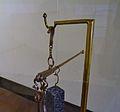 Estatera o balança de precisió amb inscripció en el seu braç horitzontal, Museu Històric de Sagunt.JPG