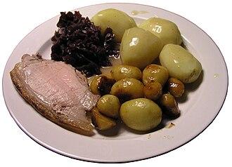 Flæskesteg - Image: Flæskesteg rødkål brunede kartofler