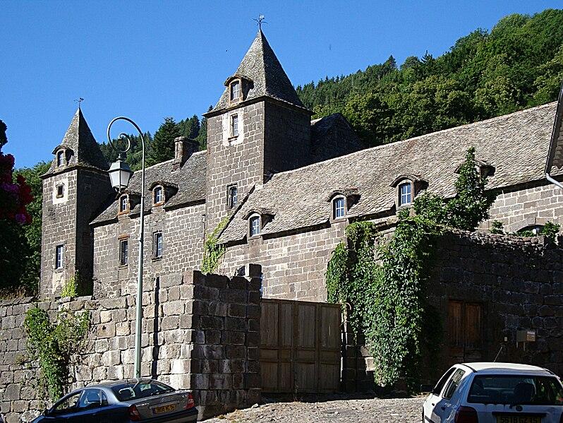 Villes et villages de charme du Cantal 798px-Fontanges_Chateau_Lamarge