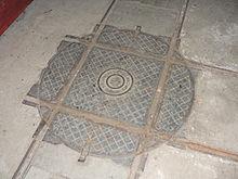 Photo d'une plaque au sol permettant de faire tourner des wagonnets à quatre-vingt-dix degrés.