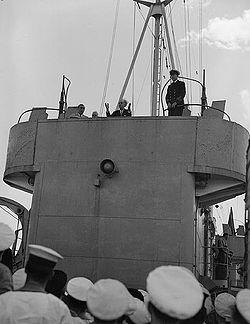 """Ο Γεώργιος Παπανδρέου απευθύνεται στο πλήρωμα του πολεμικού πλοίου """"Prince David"""", με το οποίο επέστρεψαν αυτός ως Πρωθυπουργός και οι υπουργοί της Κυβέρνησής του από την Ιταλία."""